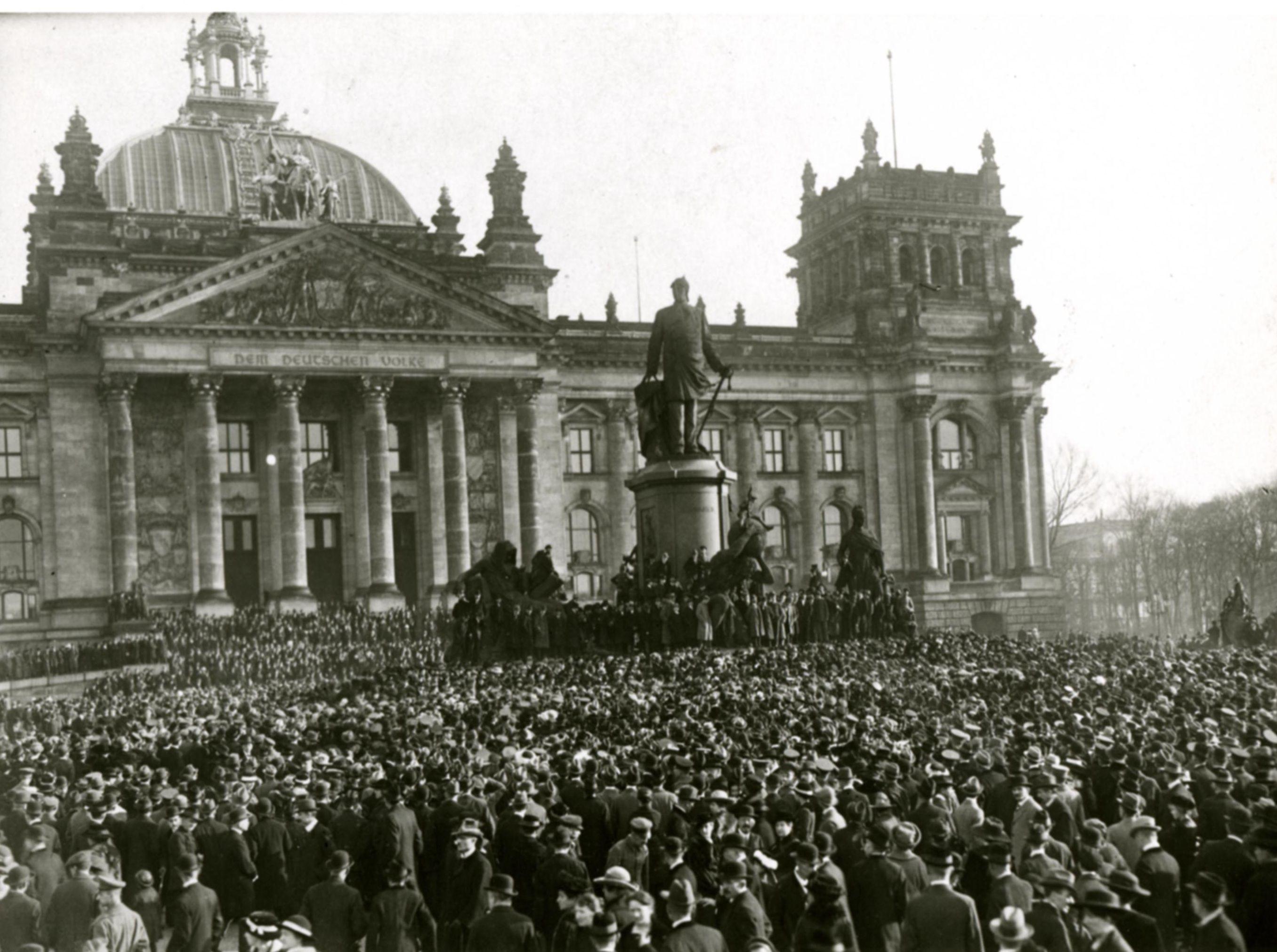 Menschenmenge Vor Dem Reichstagsgebaude 9 November 1918 Bilder Reichstagsgebaude Berlin