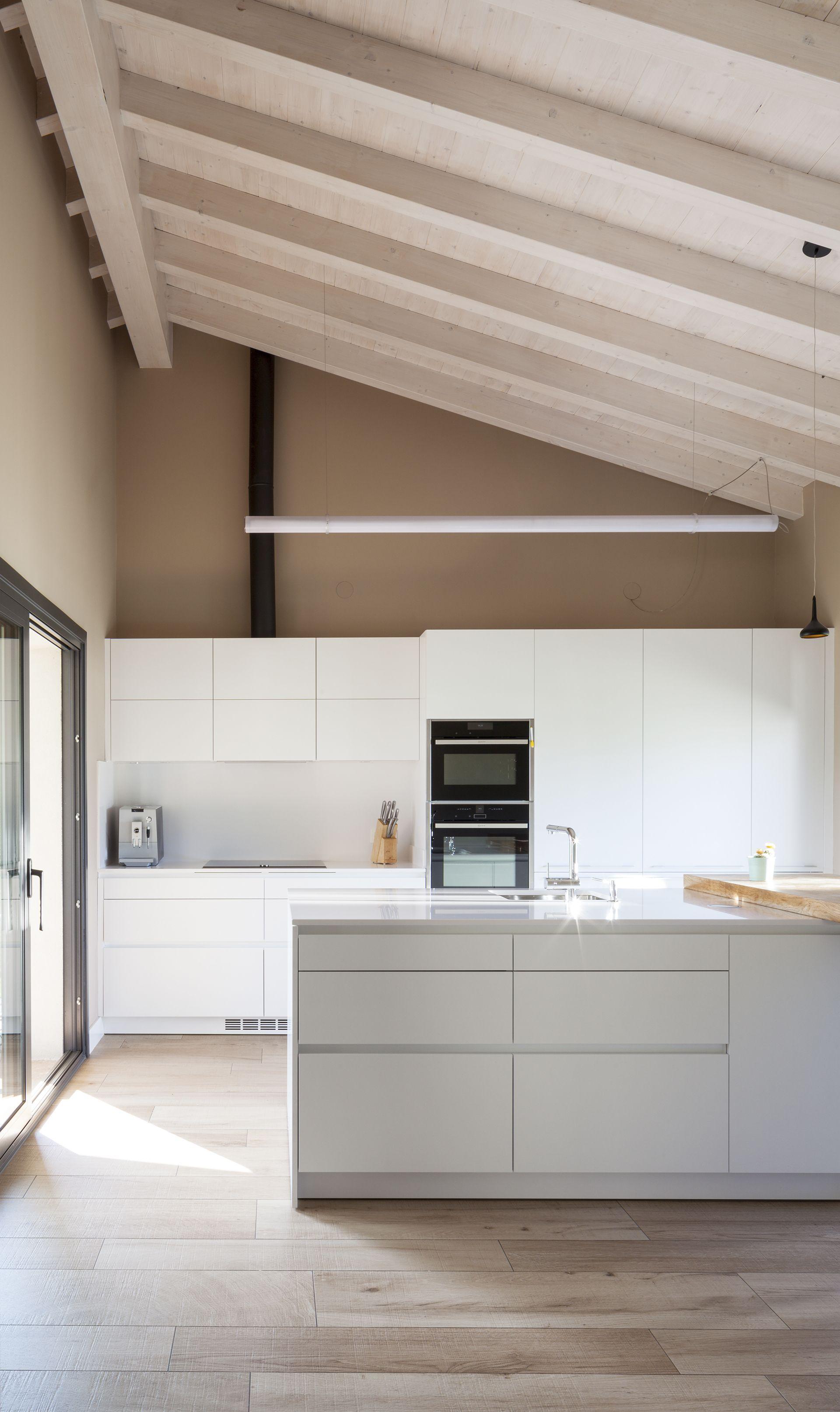 SANTOS kitchen   Una cocina abierta y llena de luz, equipada con los ...