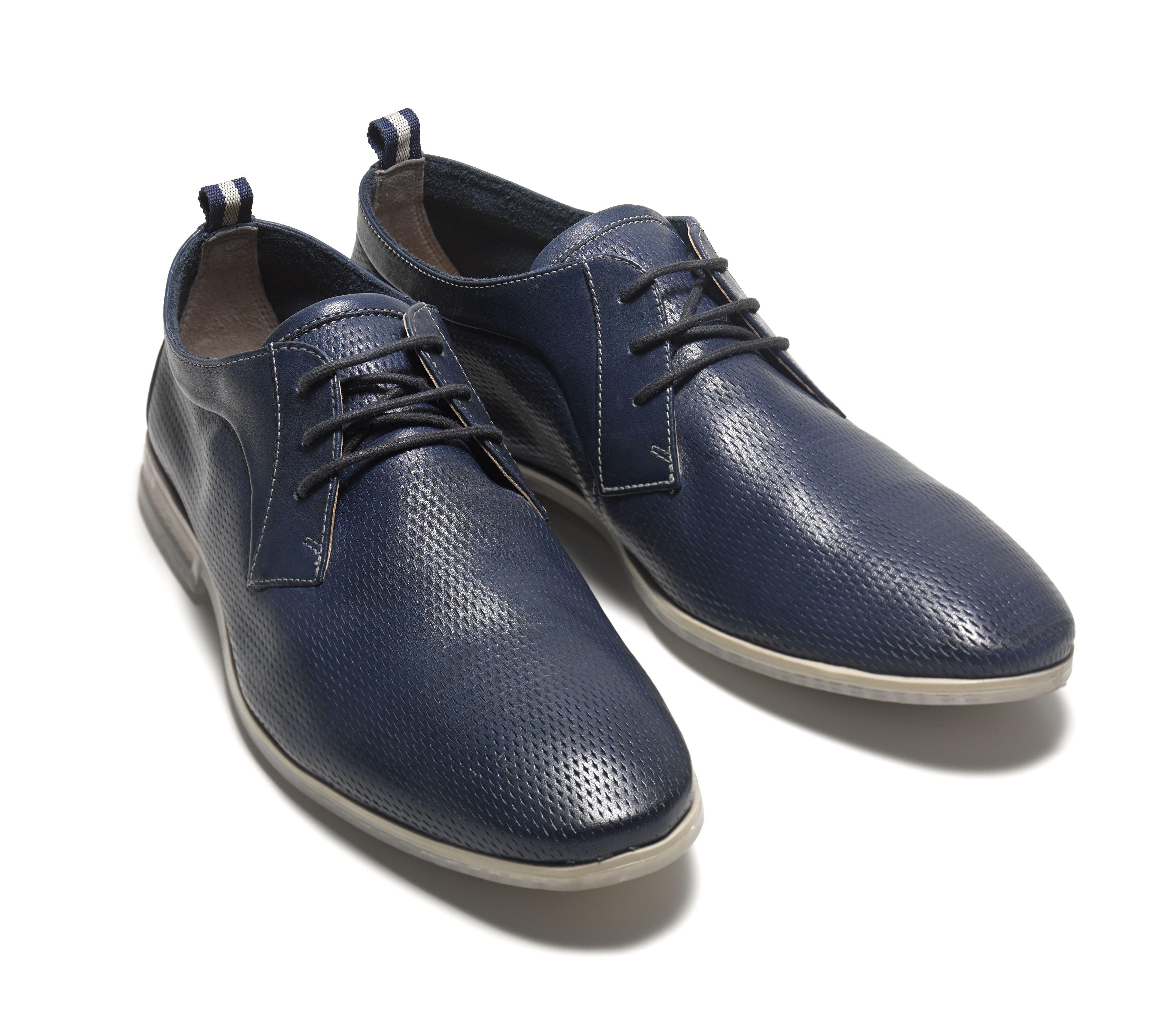 Blaue Schnürschuhe aus Premium-Leder mit perforierter Oberfläche, Clarks Frewick Lace, 89,95 Euro: http://www.clarks.de/p/26107710