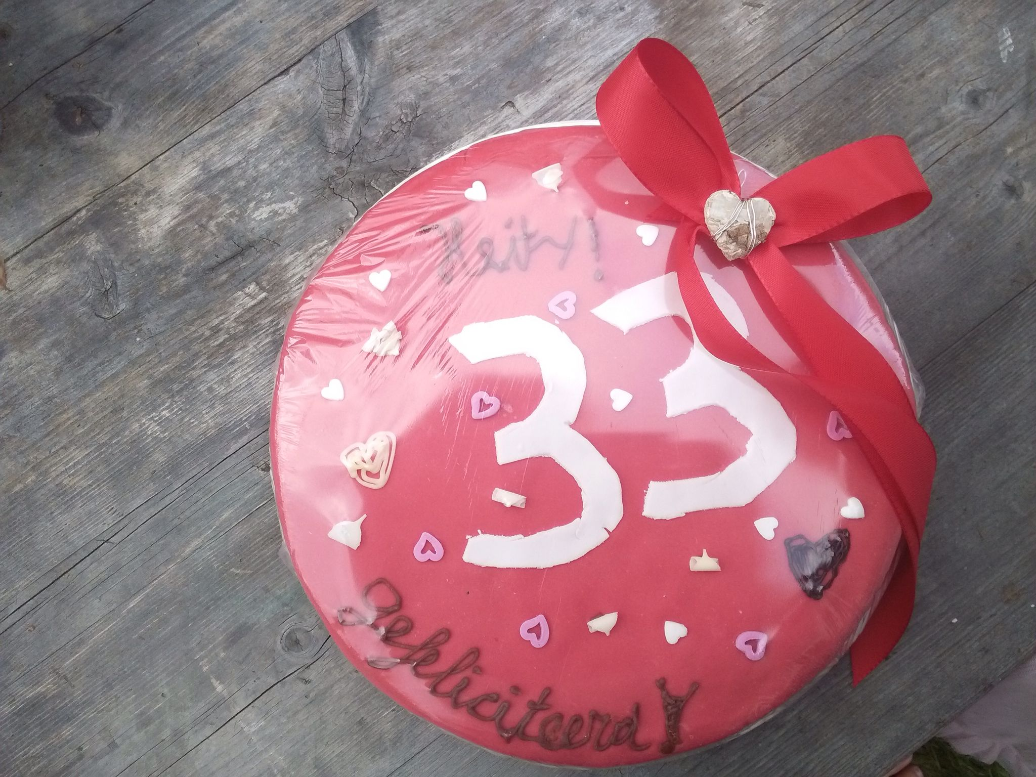 Verjaardagstaart versierd door kinderen voor Heit