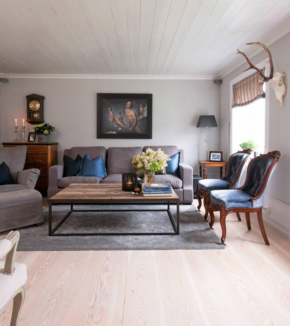 Photo of HELHETLIG. Bildet over sofaen er malt av Monika Helgesen. Veggene er tapetsert i…
