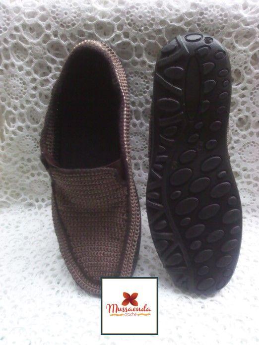 Calzado casual para caballeros hecho a mano en la técnica de crochet. Por #MussaendaCroche. www.facebook.com/... www.instagram.com... twitter.com/... #moda #estilo #crochet #hechoamano #Venezuela #fashion #style #handmade #crochetshoes #zapatosparahombres