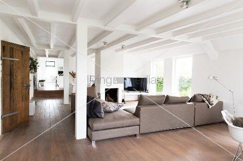 Elegante Hellgraue Sofakombination In Offenem Wohnraum Mit Landlichem Charme Weisse Holzbalkendecke Und Stutzen Offene Wohnraume Haus Und Heim Holzbalkendecke