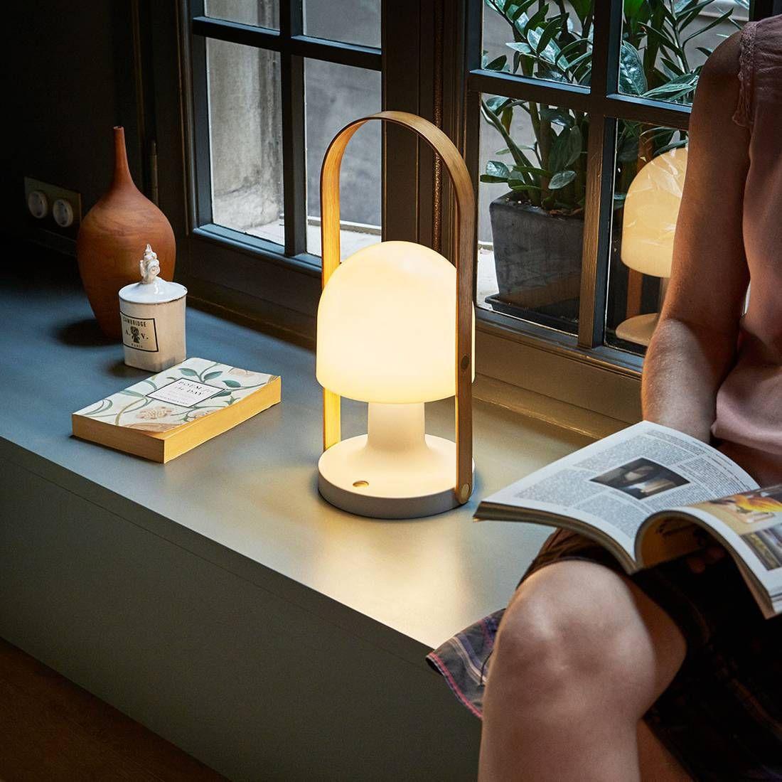 Follow Me Petite Lampe Baladeuse Led Rechargeable Avec Une Poignee En Chene Naturel Ideal Pour Vous Illuminer Pour Un Petit Baladeuse Led Lampe Baladeuse Lampe