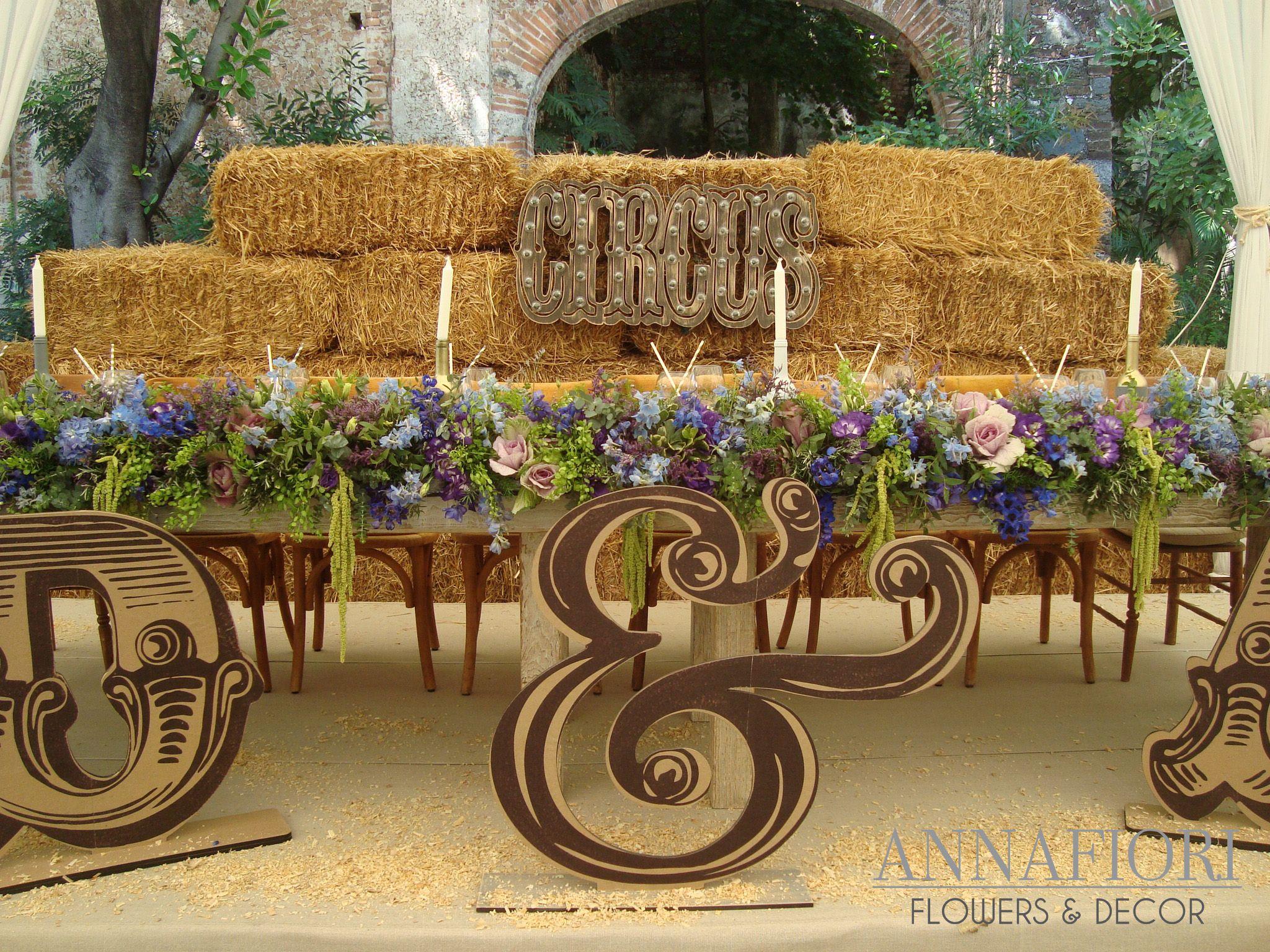 Decoraci n de mesa de novios con back de pacas de paja for Mesas para jardin
