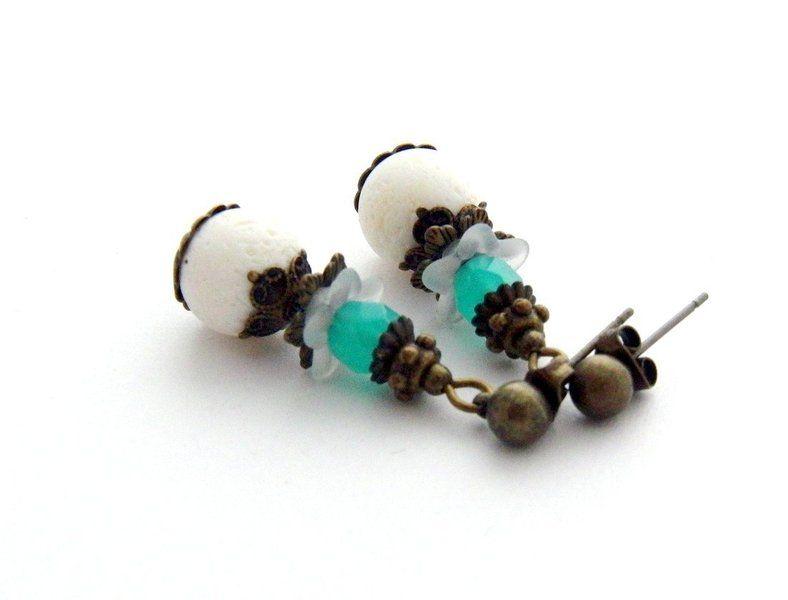 Elegant-verspielte Ohrringe (Stecker) der Perlenfontäne - zauberhafte Schmuckunikate!  Verwendet habe ich kleine grüne facettierte Glasperlen aus...