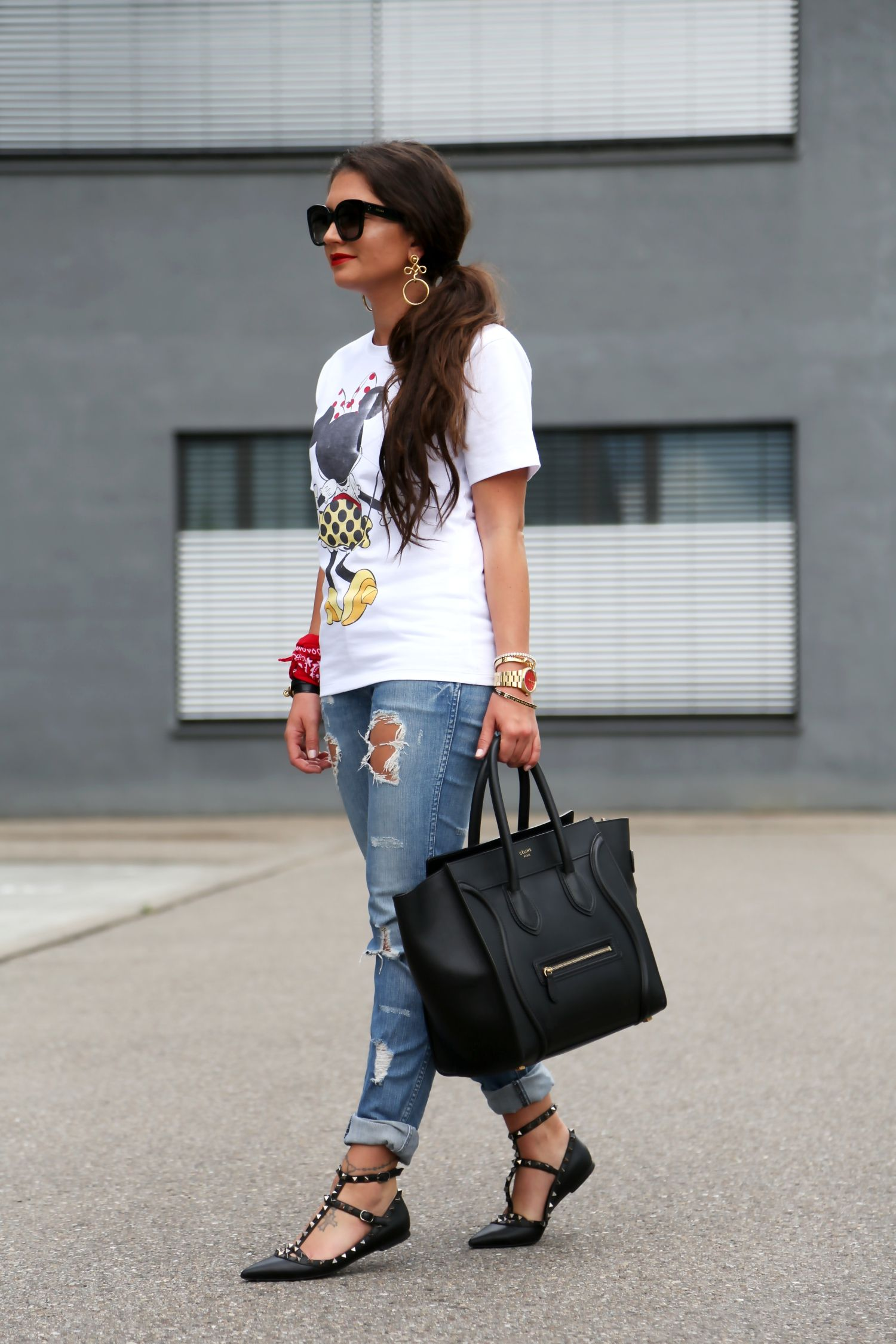 72b1dab7f56 outfit-victoria-beckham-minnie-mouse-shirt -ripped-jeans-valentino-rockstud-flats
