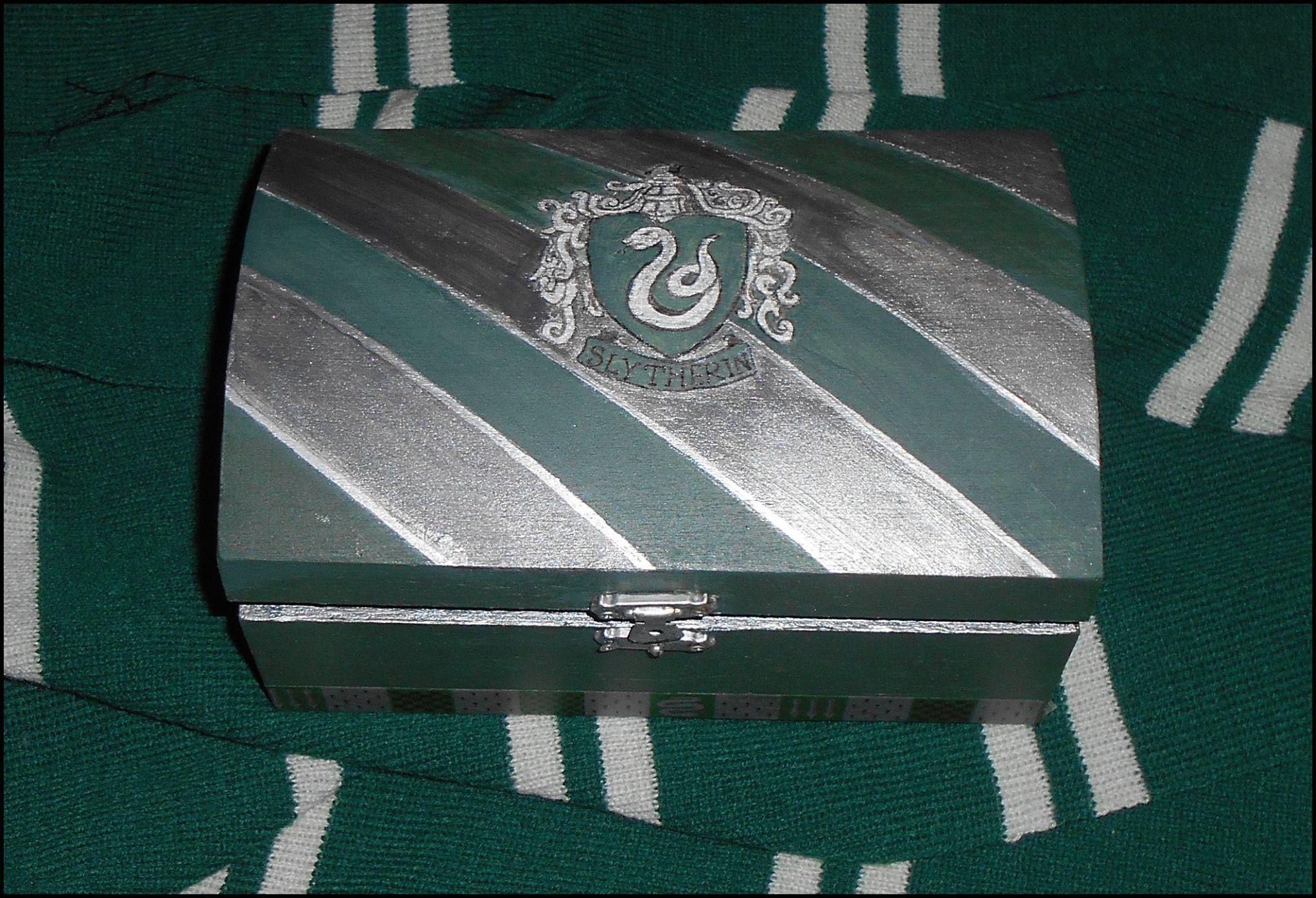 Boîte en bois peinte à l'acrylique aux couleurs de Slytherin (Serpentard). Avec le blason en vert et argent. En ventes sur E-bay.