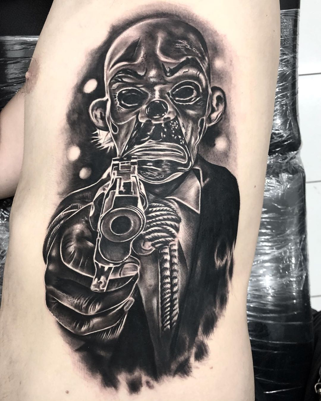 Tristezas ocultas detrás de máscaras con sonrisas 💥 • Trabajo realizado para un amigo y colega muy querido en Tattool 👺 • Visita @tattoolsmokingshop • • • • • • • #tattoo #ink #inked #tattoos #tatuajes #tatuajesecuador #tatuajesmanabi #tatuajesmanta #grey #greywash #greywashtattoo #blackandgreytattoo #blackandgrey #realismo #realism #realismotattoo #realismogrises #tattooart #tattooartist