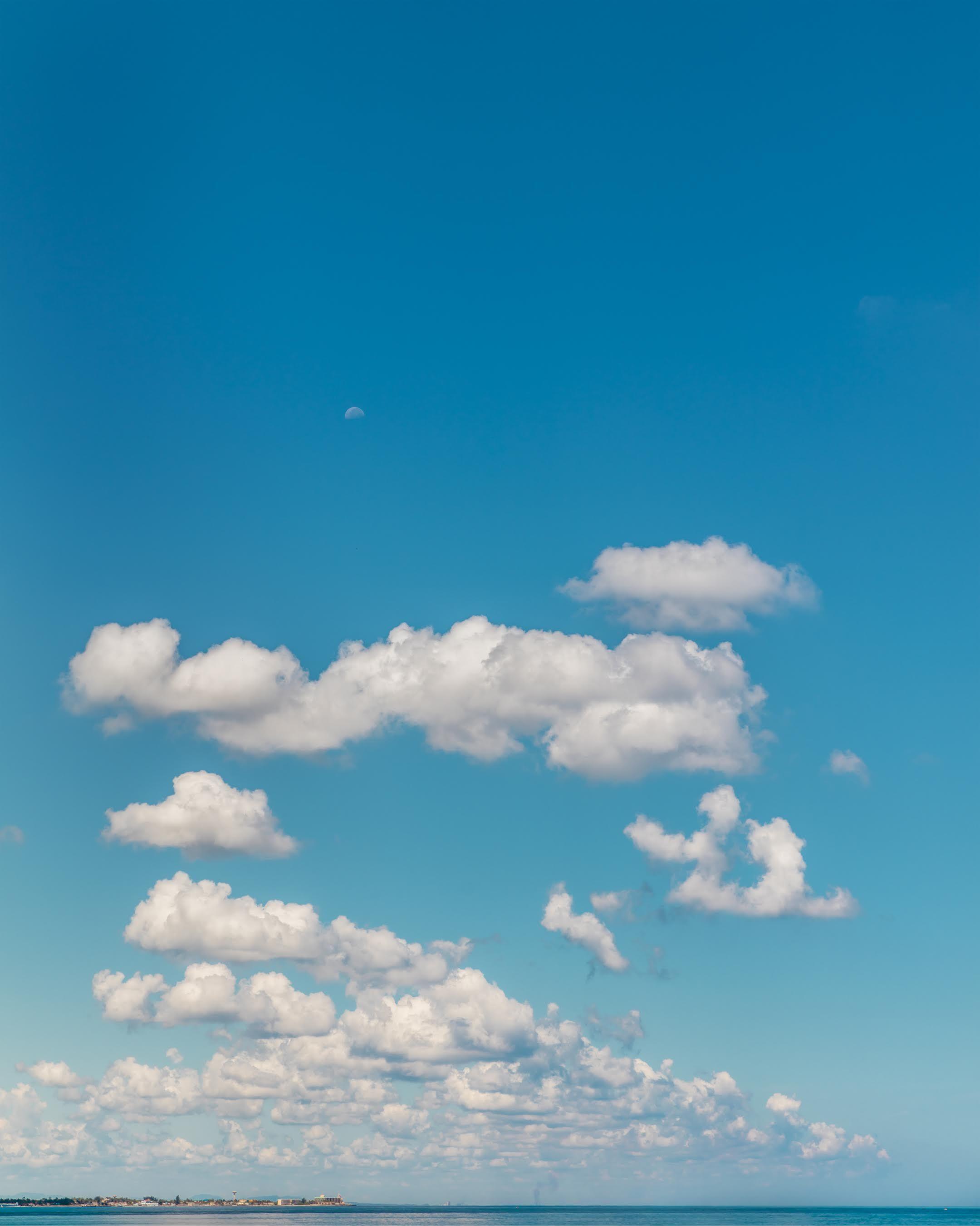 Hoy hace un calor tremendo y el cielo esta espectacular.... y me ...