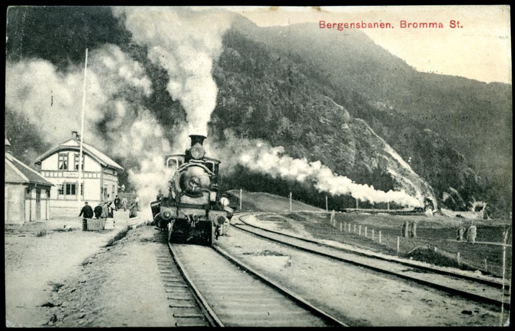 Buskerud fylke Hallingdal BROMMA STATION, Bergensbanen med tog og folk Utg NK brukt 1909 Bromma stasjon lå langs Bergensbanen i Nes kommune i Buskerud. Den ble åpnet 1907 da Bergensbanen ble åpnet til Gulsvik, den var betjent til 1984. Stasjonen, som nå er nedlagt, er den eneste bebyggelsen på østsida av dalen