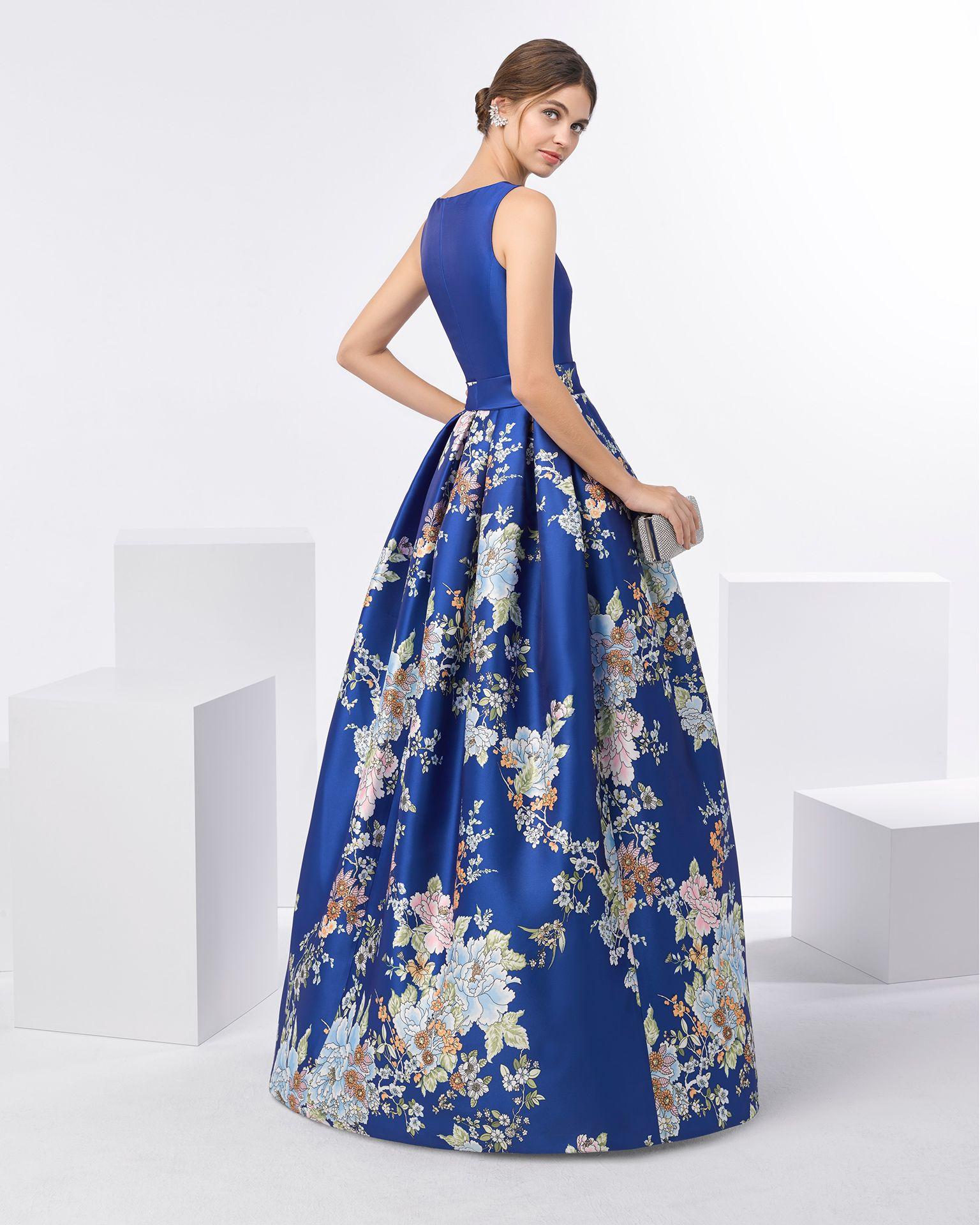Vestido de fiesta mikado estampado con escote barco. Disponible en color  cobalto y azul. Colección FIESTA AIRE BARCELONA 2018. 831850122c28