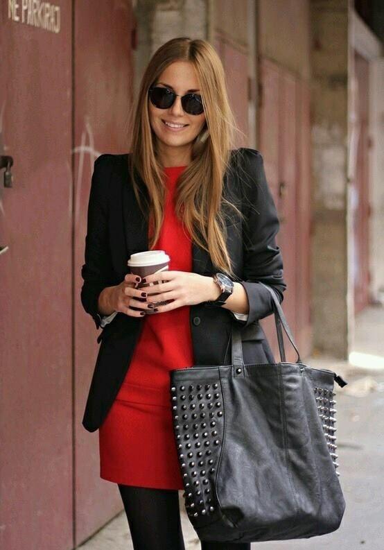 Outfit vestido negro con rojo