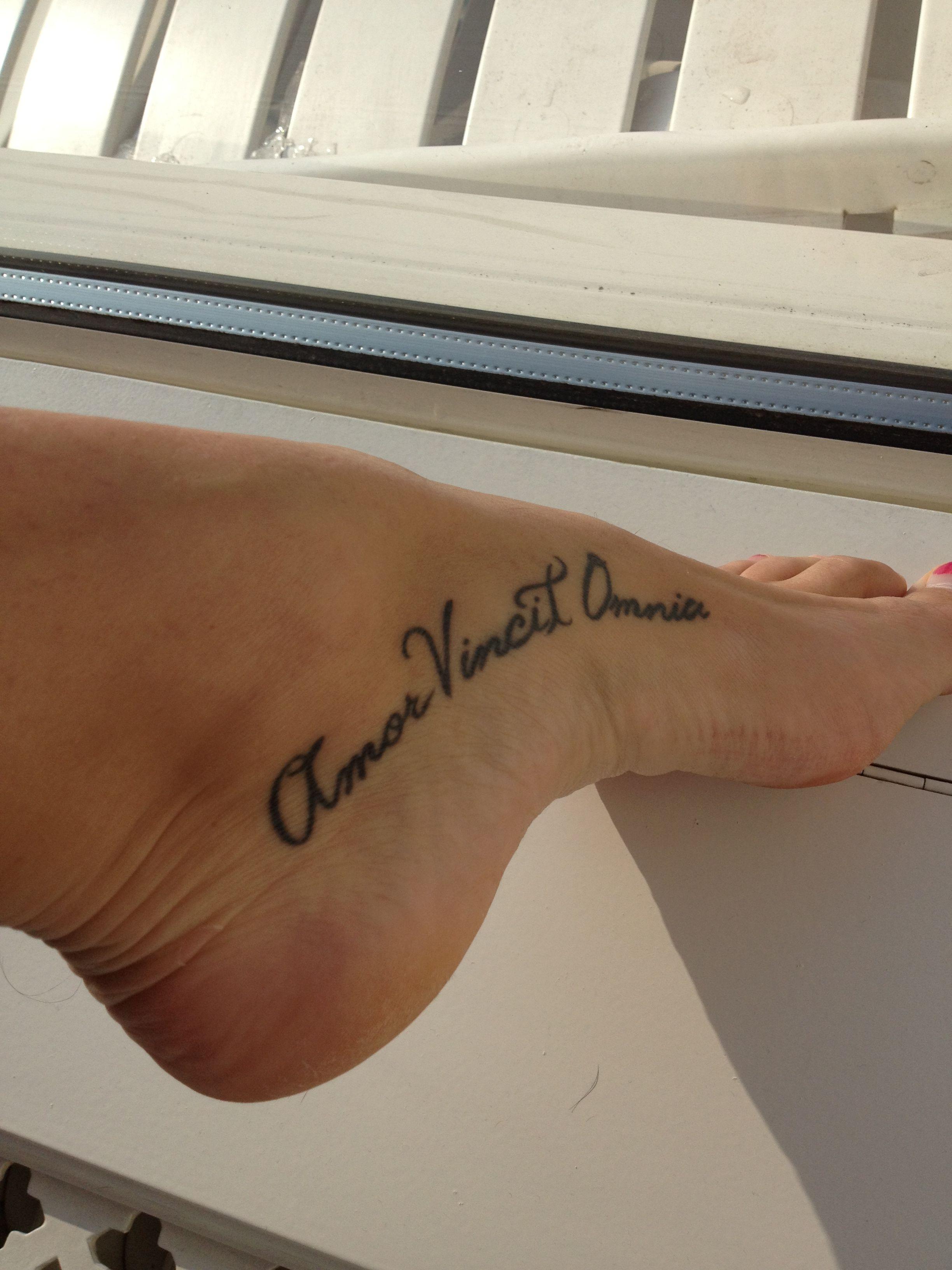 Tattoo Amor Vincit Omnia Inspirational Tattoos Tattoos Feet