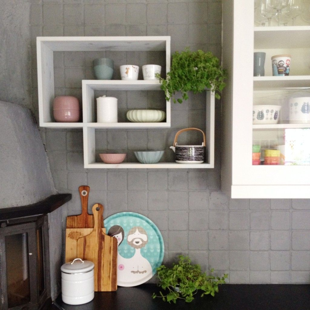 Jeg har en liten stund tenkt at vi skulle hatt en ny hylla på kjøkkenveggen og var egentlig litt forelsket i labyrinthylla fra Bruka men den var rett og slett for stor for veggen vår. Kjøkkenet vår…