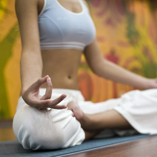 comment se d barrasser d un mal de t te l aide du yoga mindfulness yoga yoga meditation. Black Bedroom Furniture Sets. Home Design Ideas
