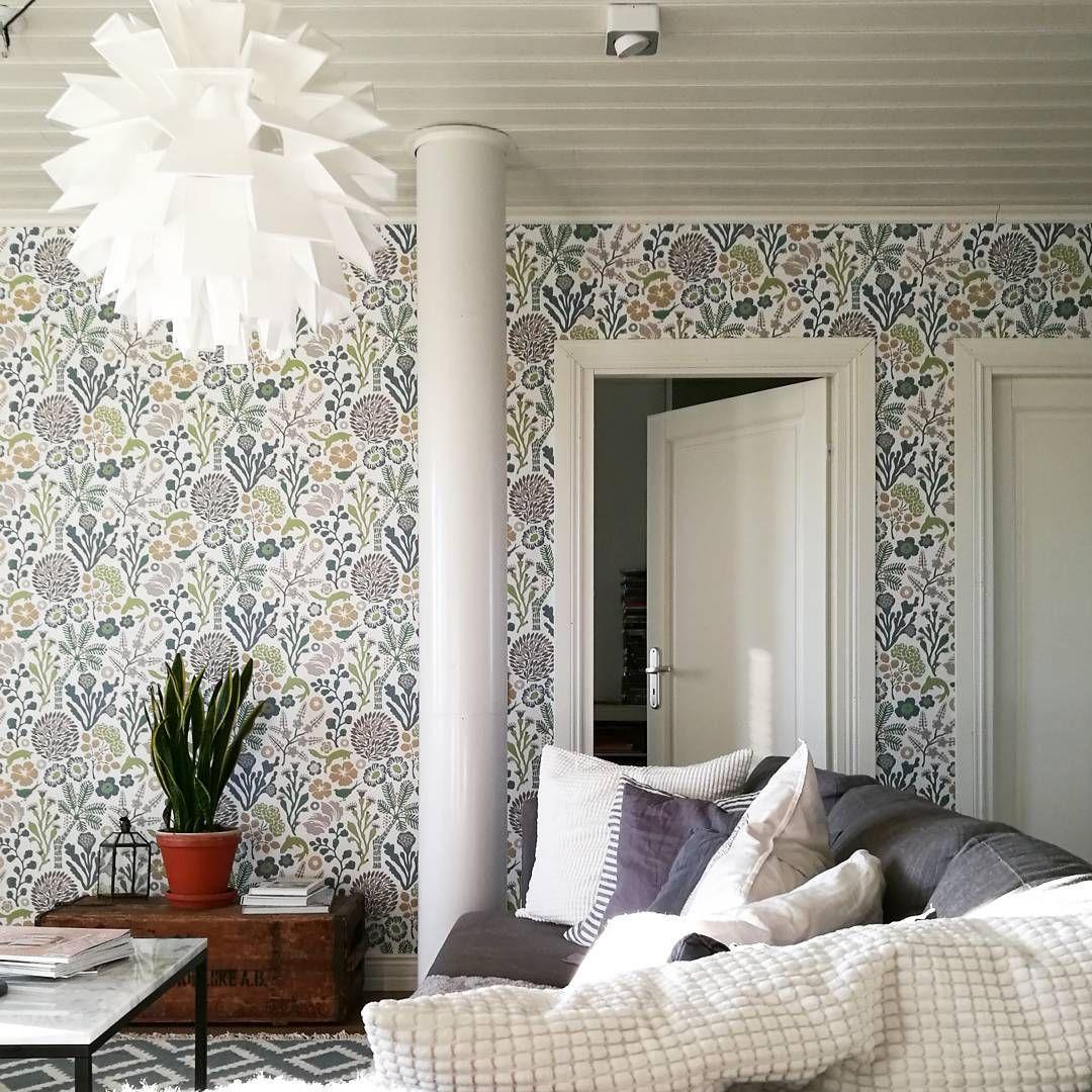 Kukkatapetti tuo veikeää ja romanttista tyyliä olohuoneen sisustukseen ja luo samalla hyvää kontrastia.