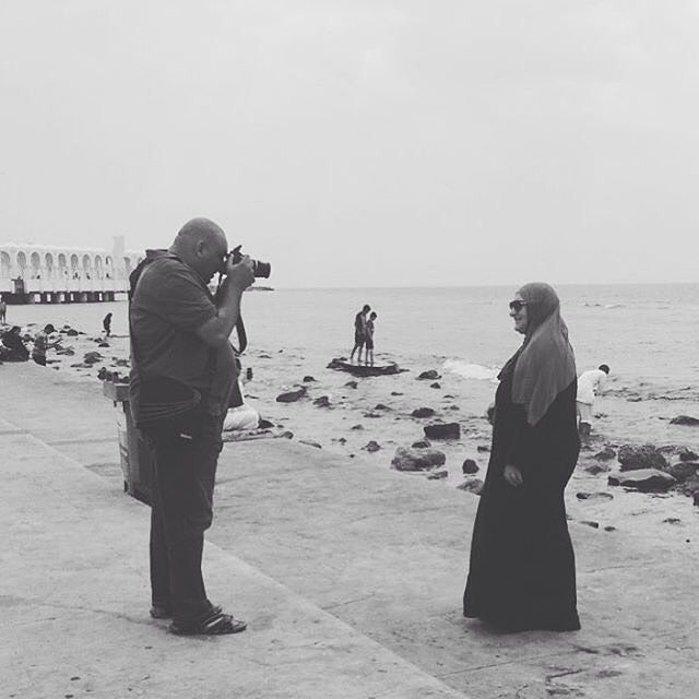Taking A Family Photo On The Cornich Of Jeddah Photo By Haneen التقاط صورة عائلية في كورنيش جدة الشمالي Share Us Your P Family Photos Couple Photos Photo