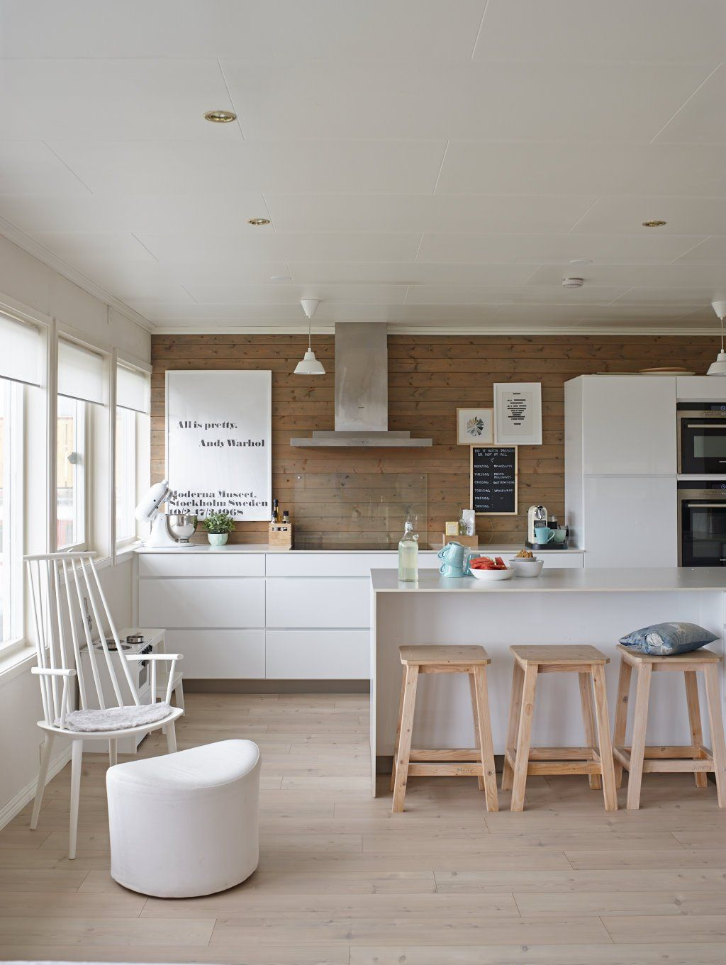 Blanco en textiles y muebles en una casa donde viven niños ...