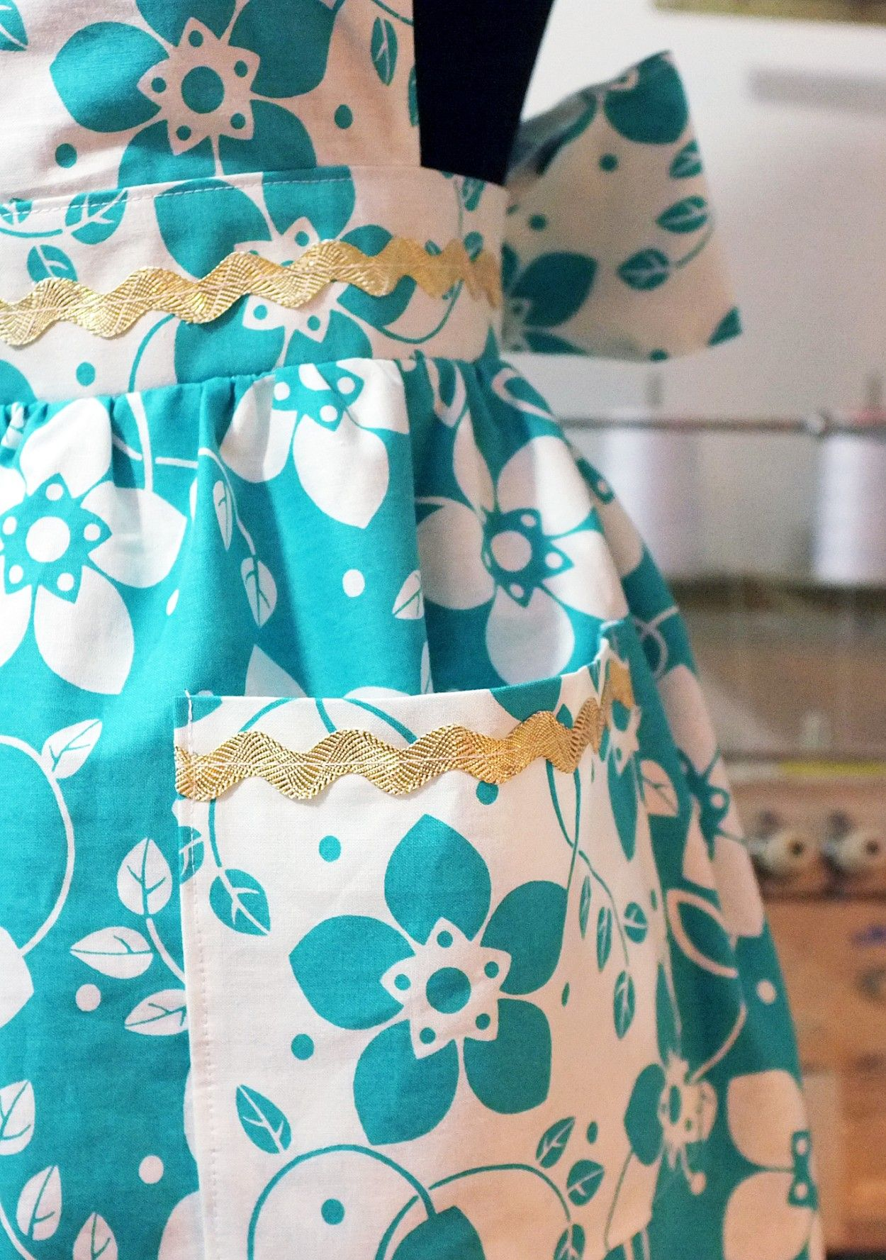 How to Sew Your Own Vintage-Inspired Apron | Kitchen colors, Apron ...