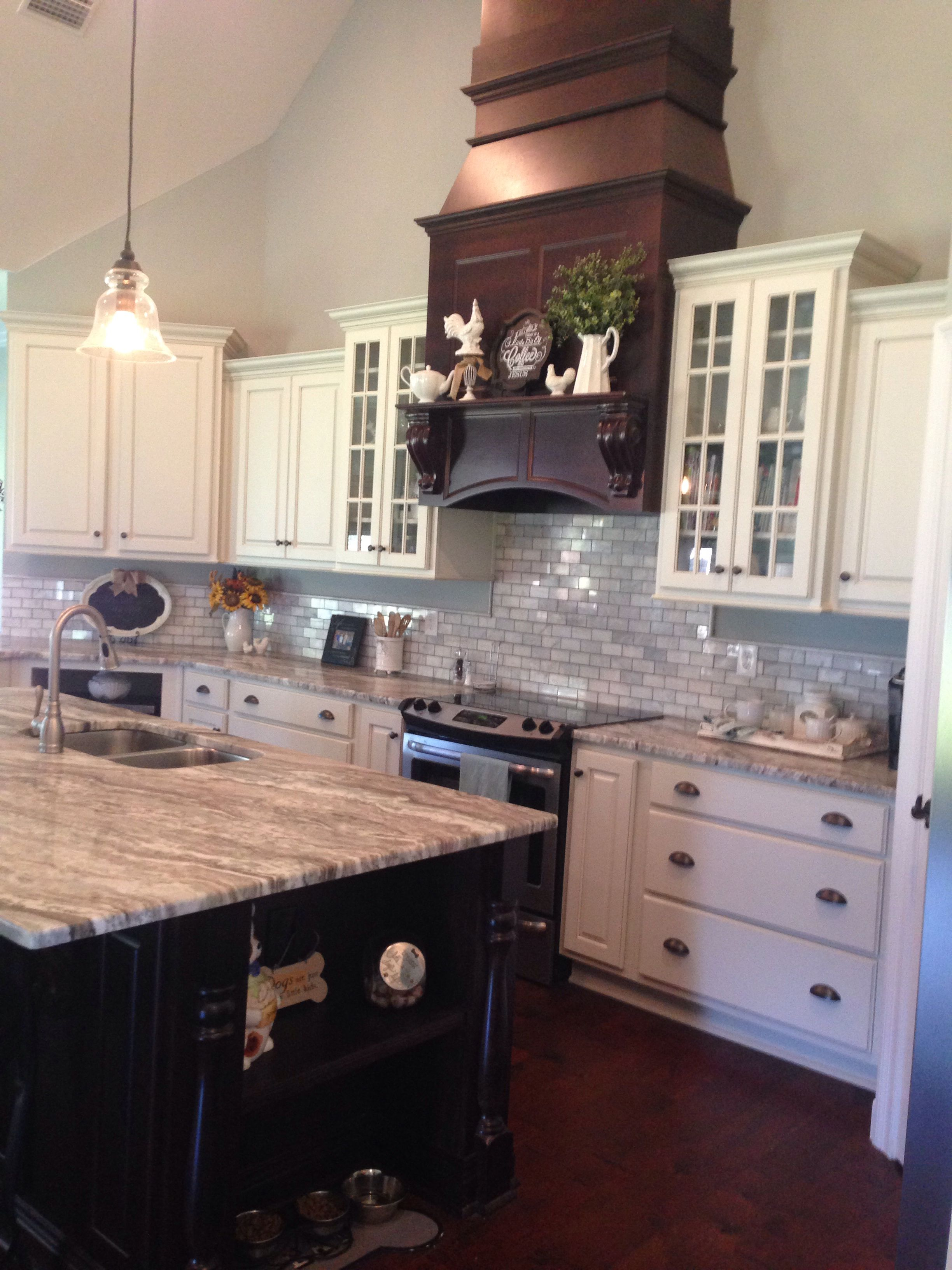 Luxury Fantasy Brown Granite with White Cabinets