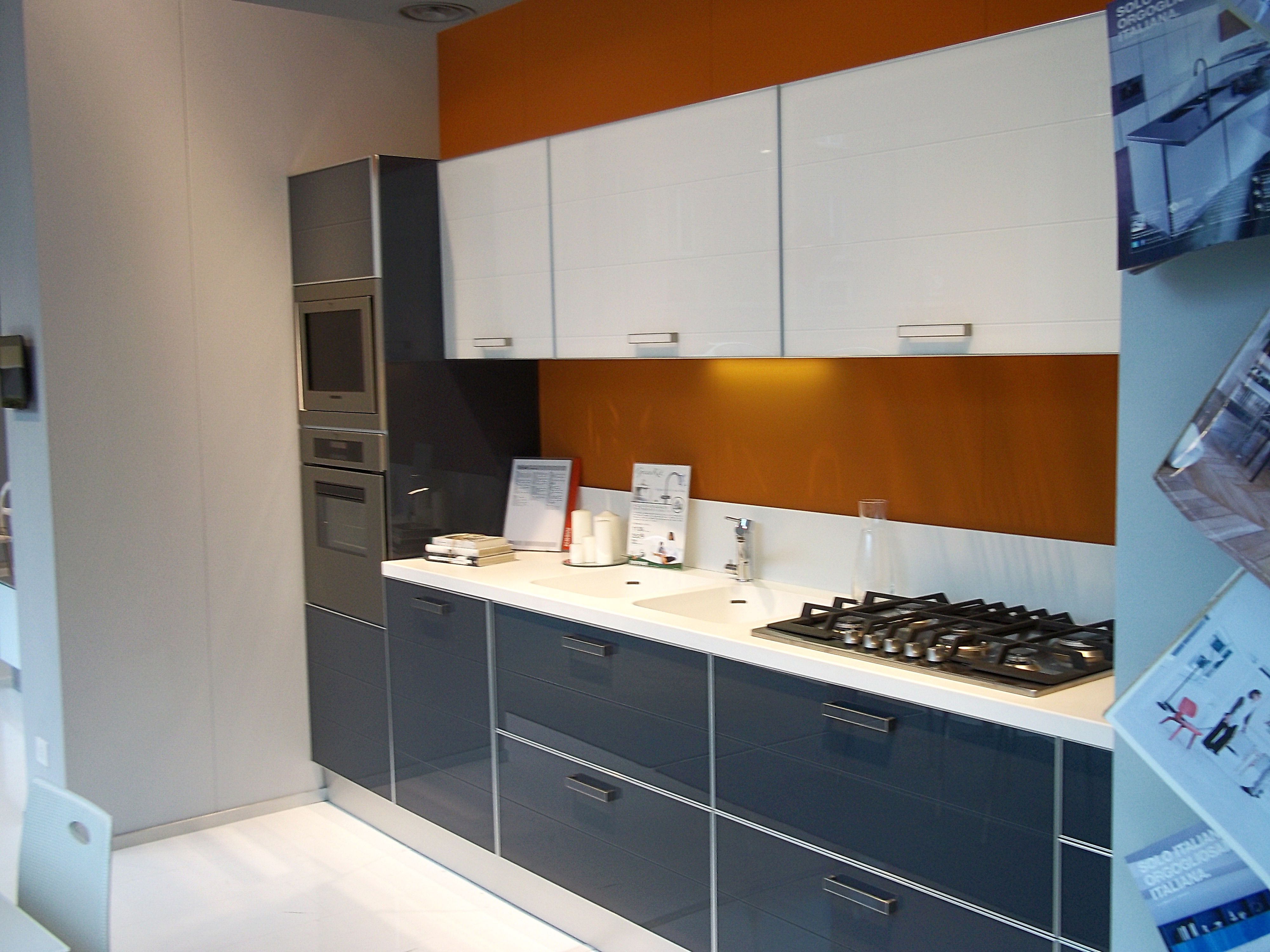 Cucine moderne Scavolini - Crystal in esposizione nello showroom di ...