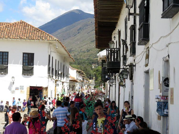 5. Esta es la vista desde la puerta de la iglesia hacia las montaña: