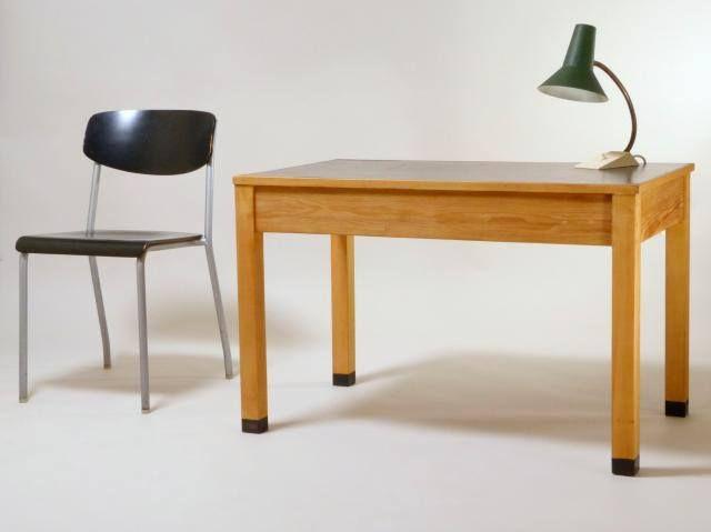 Ferdinand Kramer für die Goethe-Universität. Niedriger Tisch als Beistelltisch oder Kinderschreibtisch.