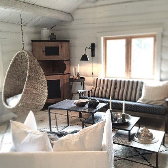 Vi er stumme av beundring over hva @annetteandchristian har fått til på sin nye hytte. Den ble totalrenovert på 4 uker! Stolte over å se hvor fint de har stylet med produkter fra oss Se mer på bloggen vår. Link i profil. by cozyroom_no