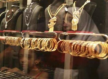 تعرف على أسعار الذهب اليوم الاثنين في مصر - سجلت أسعار الذهب اليوم الإثنين في مصرصعود ملحوظ بالسوق المصريوسجل سعر بيع عيار 18 بقيمة 463 جنيها وسجل سعر بيع عيار 21 بقيمة 540 جنيهاوسجل سعر بيع عيار 24 بقيمة 617 جنيهاوسعر جنيه الذهب بقيمة 4400 جنيها . ويتوقع الخبراء انخفاض في اسعارالذهب في الايام القادمةبسبب ارتفاع تدريجي لقيمة الدولار الامريكي في السوق السوداء بالوقت الحالي. متوسط اسعار الذهب اليوم بمحلات الصاغة فى مصر بدون مصنعية عيار 24 عيار 22 عيار 21 عيار 18 عيار 14 عيار 12 589 540 515 441…