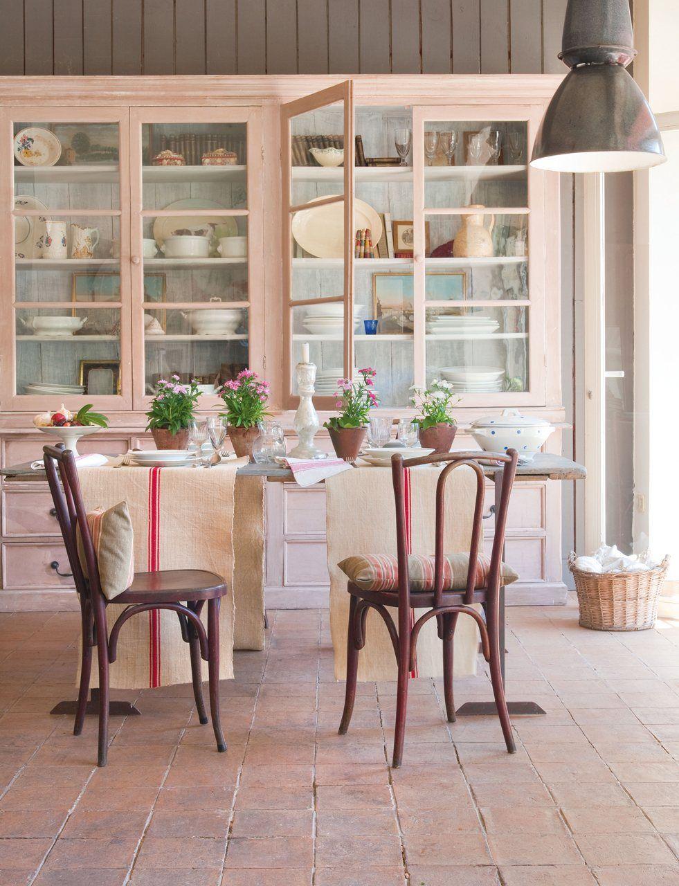 Piezas grandes alacenas vajilleros vitrinas recrean el encanto de las casas de campo para - Vitrinas para vajillas ...