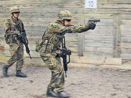Ein Soldat mit einer Pistole P8, ein anderer mit einem ...