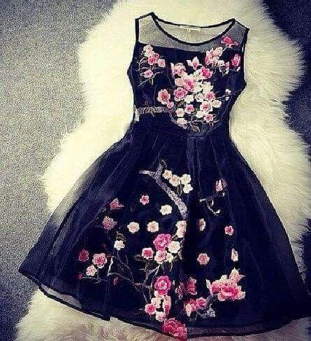 Schwarz mit Blüten