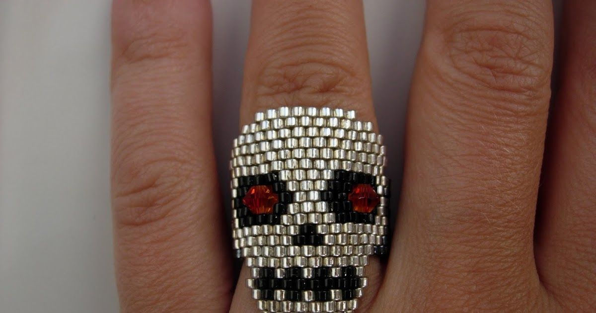 Ya estamos ahí. Este anillo lo hice el año pasado para esa fecha y puesto queda terrorífico.Ya le queda poco para volver a lucirse.
