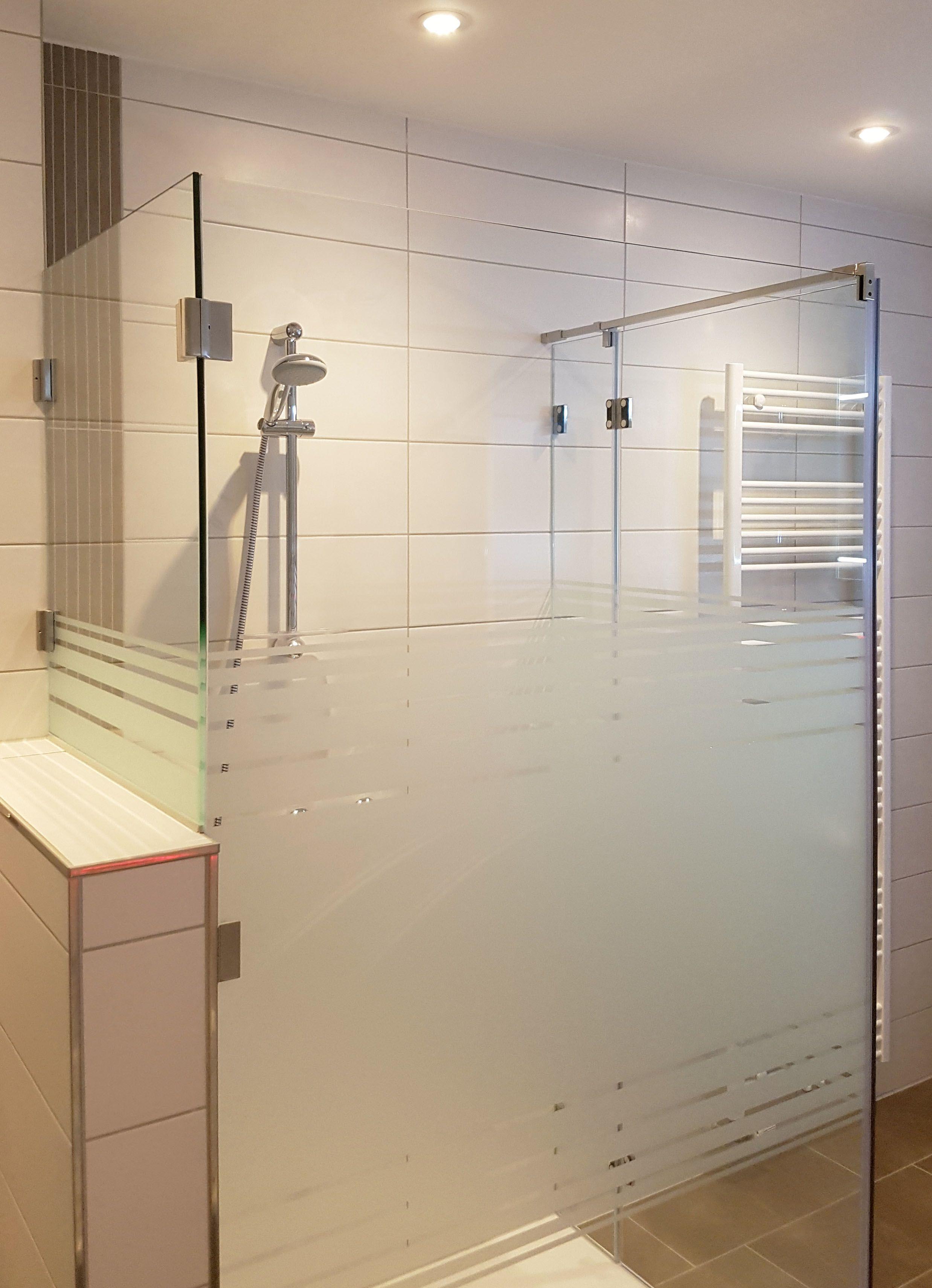 Dusche Aus Glas Mit Satiniertem Glasmuster Und Verkurztem Seitenteil Zum Aufsatz Auf Einem Mauervorsprung Glasduschen Dusche Duschabtrennung