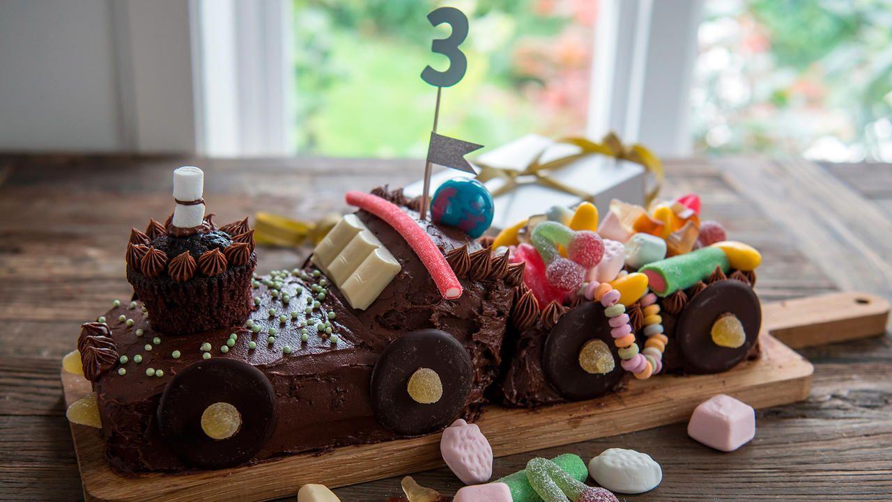 Det trenger ikke alltid være så fancy for at barna skal bli fornøyd. Denne togkaken av sjokoladekake ser både tøff ut og smaker kjempegodt! Enkel oppskrift med steg for steg bilder. Kan også lages til en lastebil om det er det bursdagsbarnet liker!