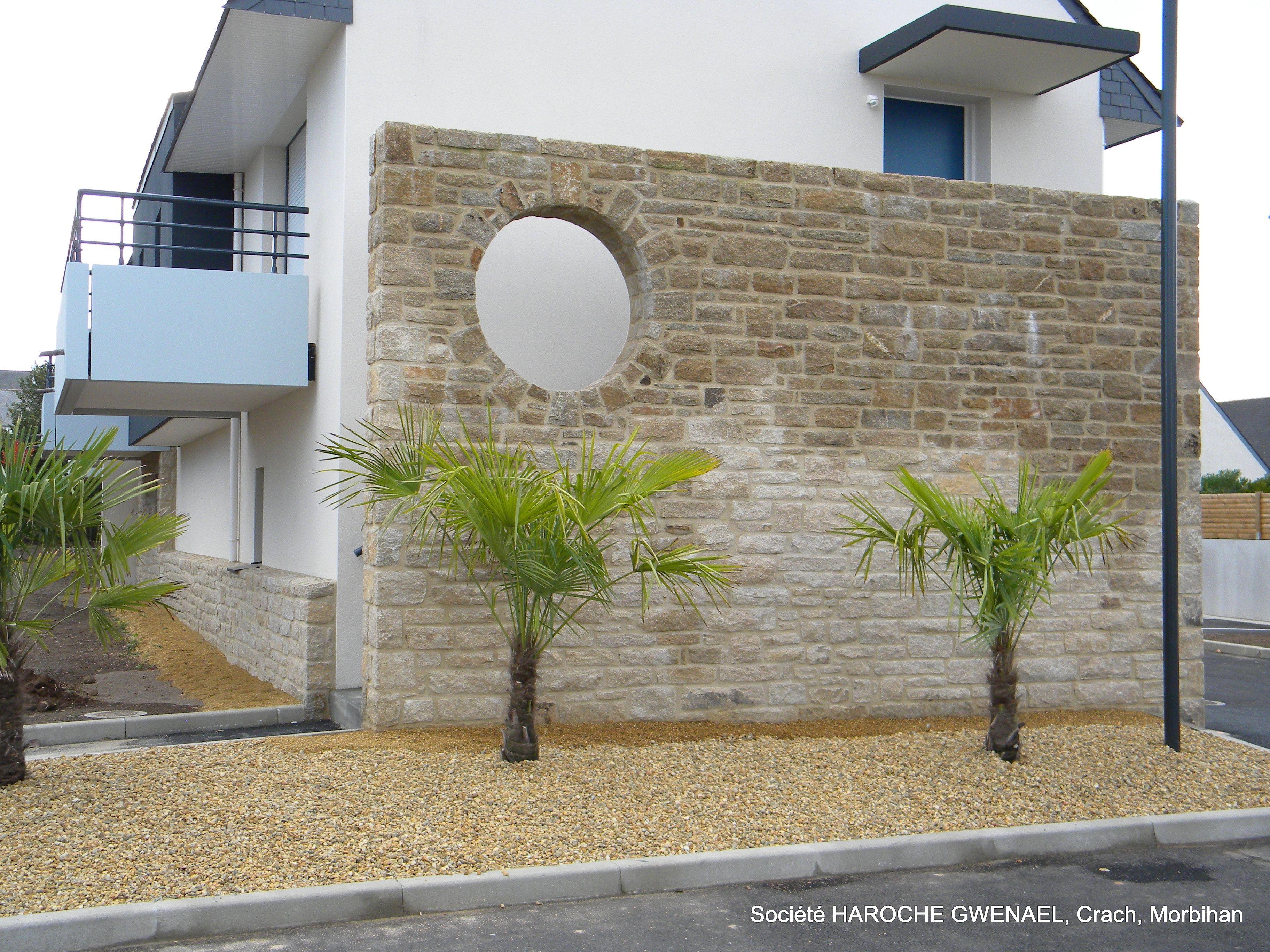 mur en pierre naturelle d 39 elven avec un oeil de boeuf. Black Bedroom Furniture Sets. Home Design Ideas