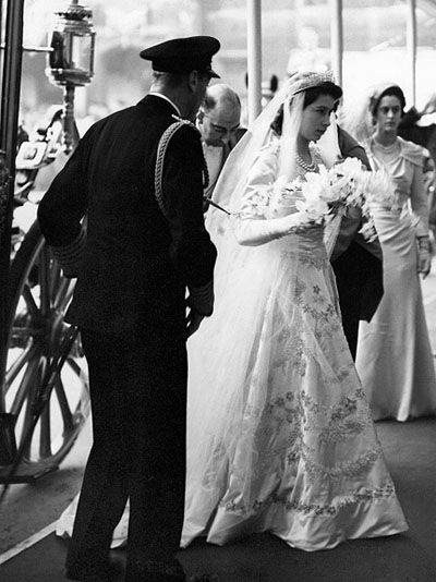 The Story Of Queen Elizabeth S Engagement Ring Queen Elizabeth Wedding Royal Brides Royal Weddings