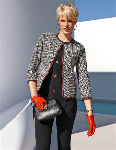 Der kragenlose Blazer mit edler Blendenbetonung: ein femininer Kurzblazer in angesagter Silhouette.