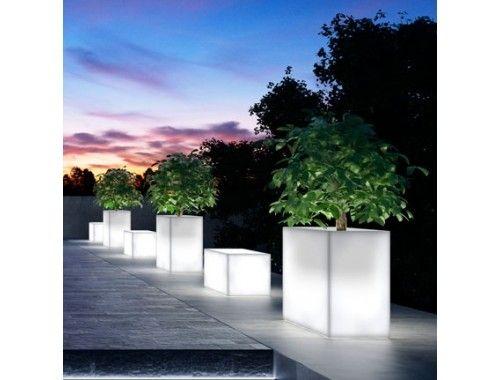 Kube High Light. Kube High Light sono delle panchine e dei vasi per piante ideali per creare atmosfere suggestive, sia di giorno che di notte, sia per l'indoor che per l'outdoor.