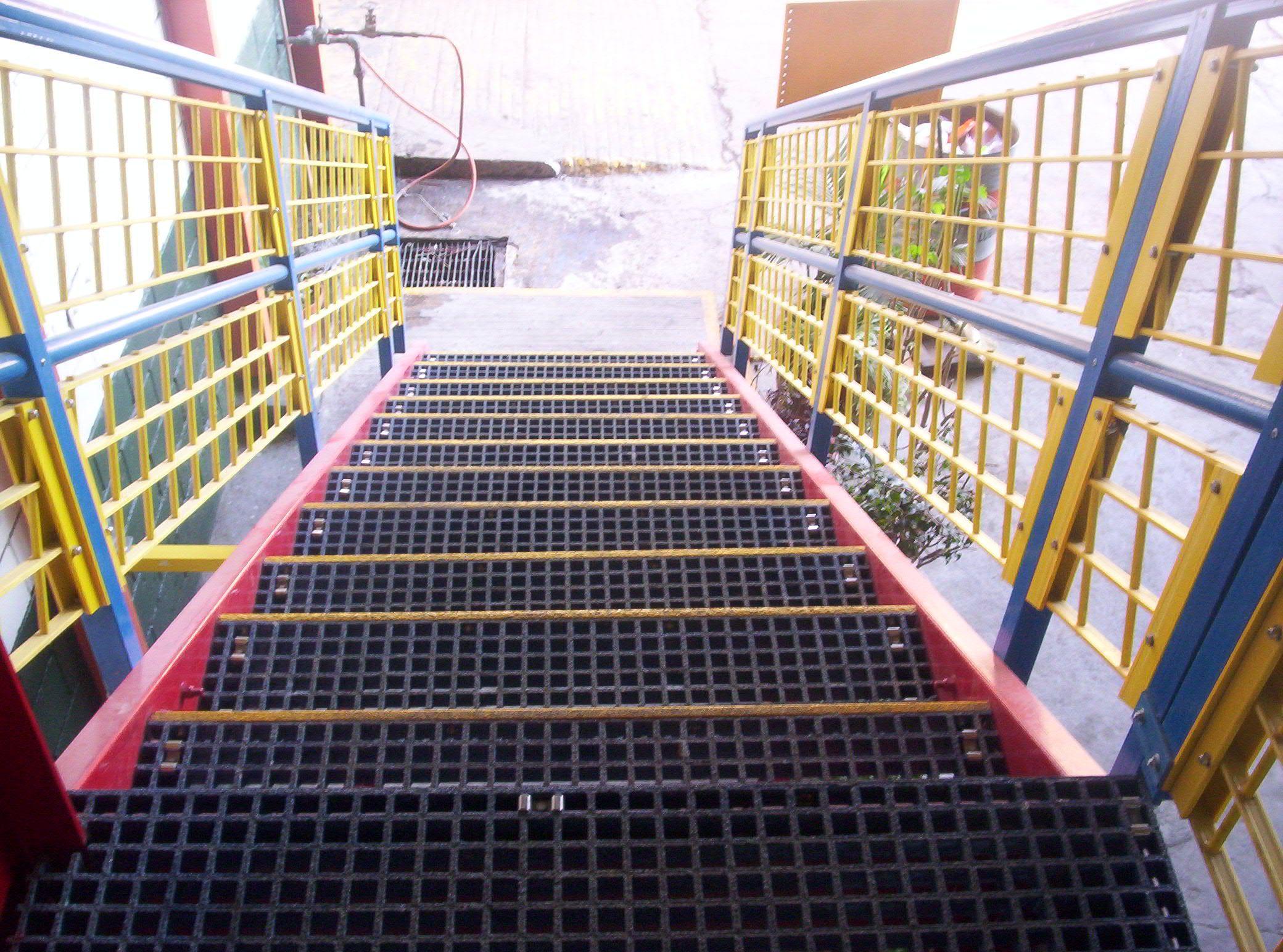 Escalera con escalones moldeados y barandal omega en color - Escaleras de vidrio ...