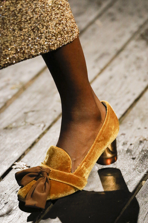 892da9fae Bolsas. Amarelo. Tendência De Moda. Pyer Moss Spring 2019 Ready-to-Wear  Collection - Vogue Sapatos, Sapatos Para