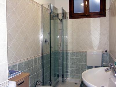 Finestra nel box doccia bathroom pinterest box doccia finestra e bagno - Bagno nel box auto ...