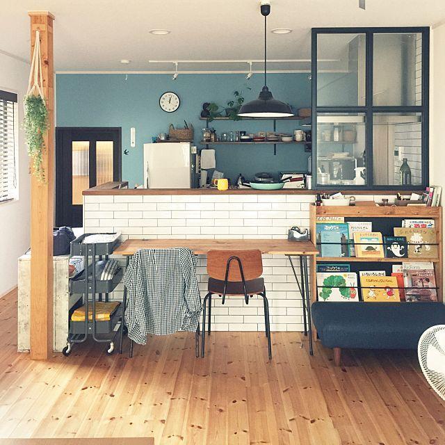 キッチン リノベーション ブルーグレーの壁 アイアン棚受け コウモリ