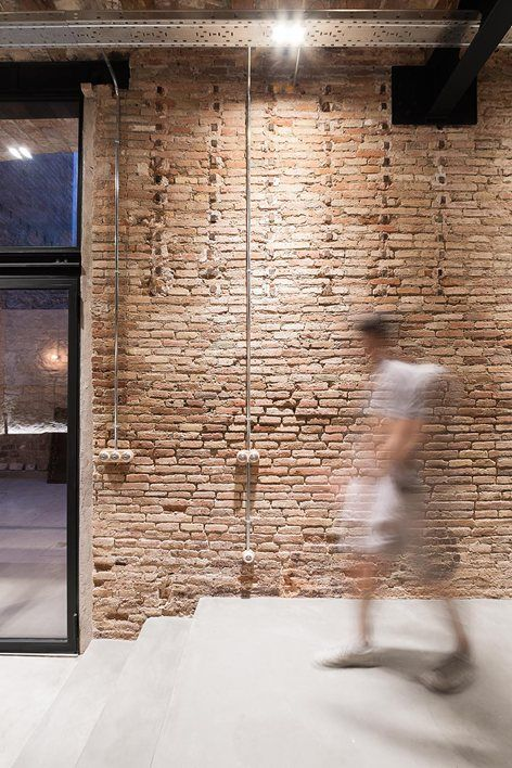 When dealing with the refurbishment of this old carpenter's workshop placed at Barcelona's Poble Sec neighbourhood, the main goal was to set up this space for inhabitation while the main constructive components were mantained. They gave charm and...