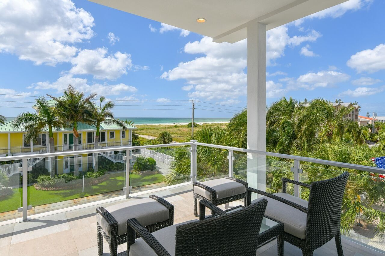The Lookout ; by Beachside Management. 4 Bedrooms/6