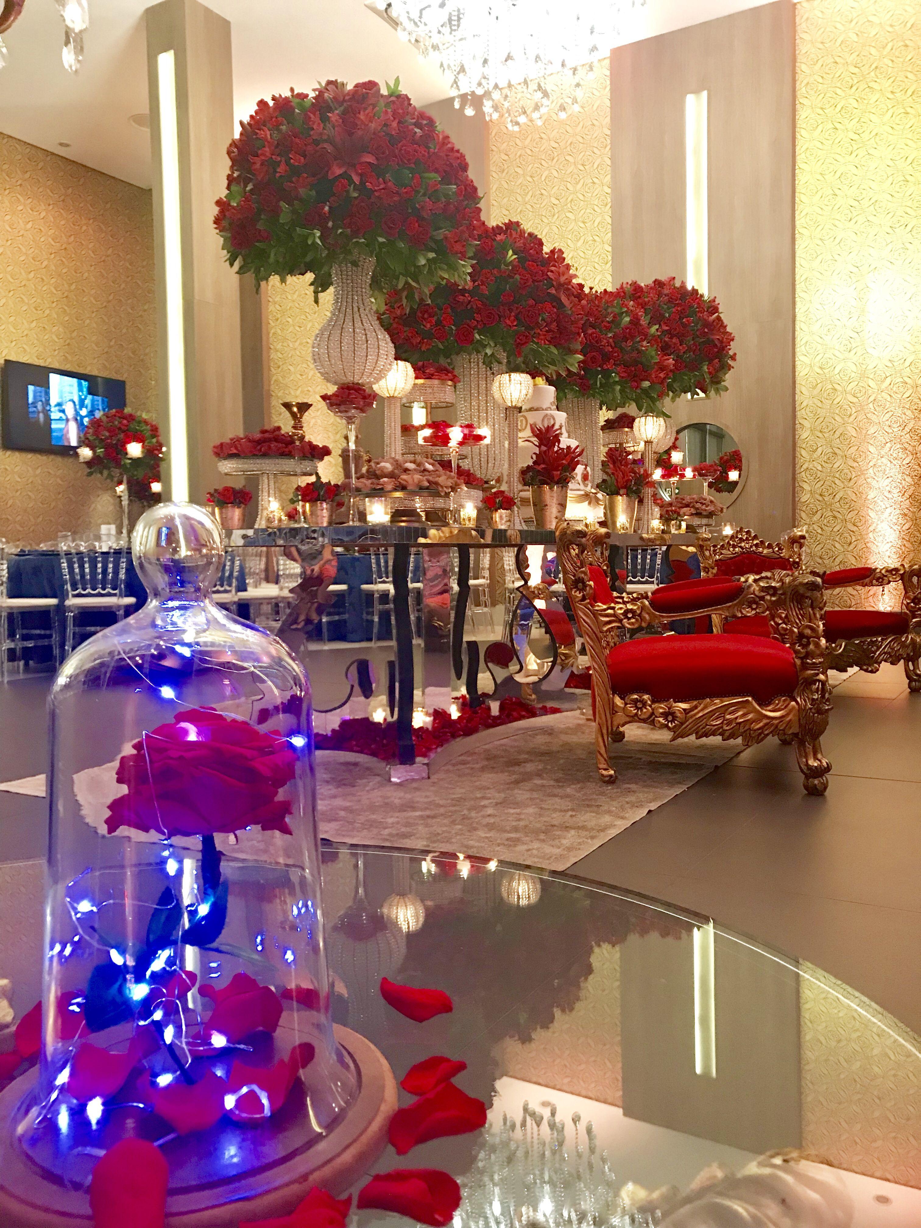 Mesa Do Bolo Espelho Arranjos Florais Vermelhos Tema A Bela E A