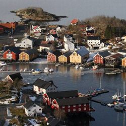 Bryggerekka i Råkvågen skal være den største samlinga av sildebrygger utenom byer i Norge. Flere av bryggene ble bygd på slutten av 1800-tallet.