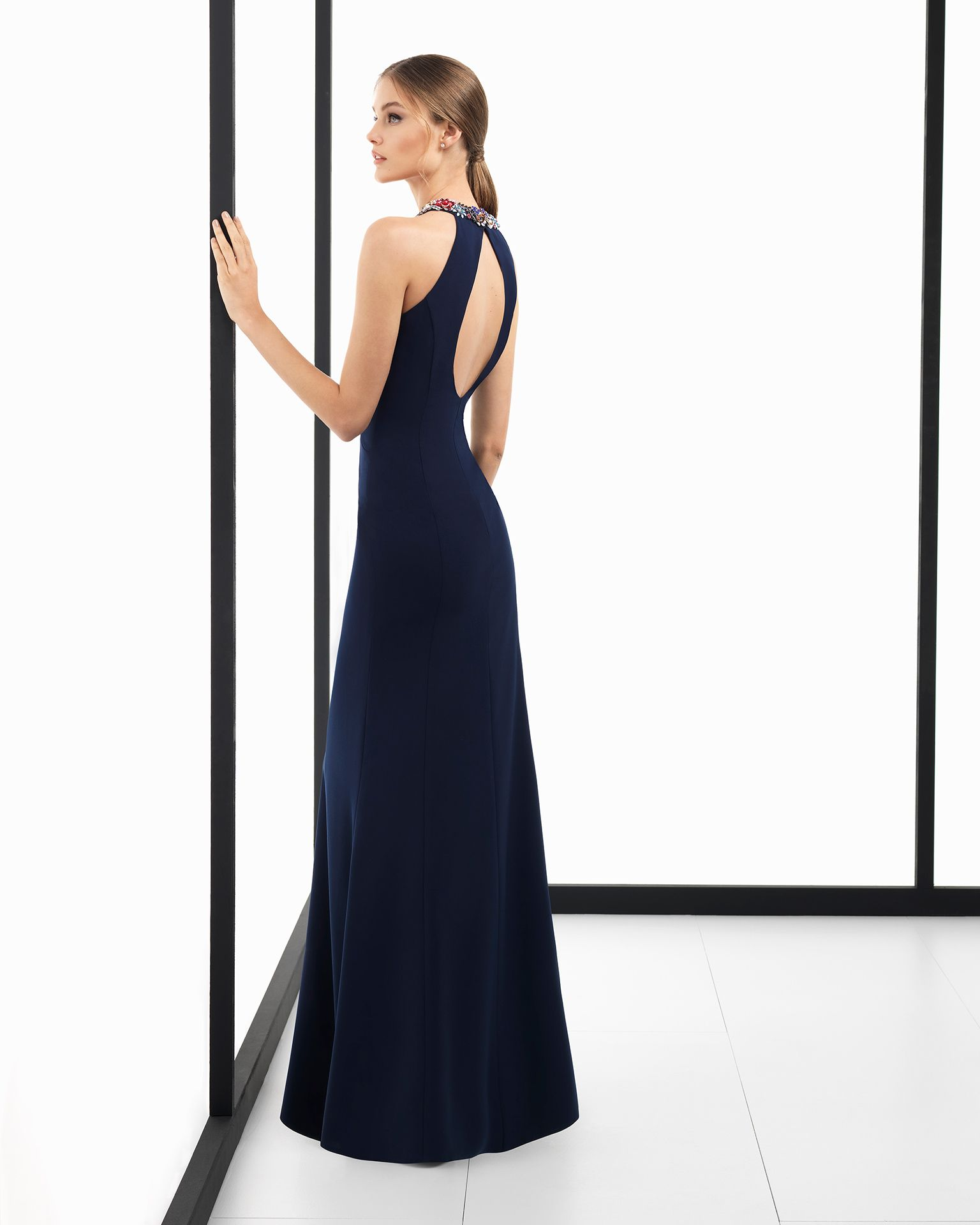 affe606b8 Vestido de fiesta largo de crepe con cuello halter y espalda abierta con  aplicaciones de pedrería