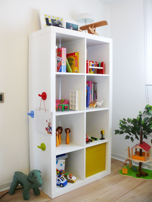 Dormitorios infantiles ideas para decorarlas estanteria for Estanteria pared infantil
